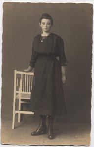 Dieses Bild hat ein leeres Alt-Attribut. Der Dateiname ist Hoting-Anna-28.11.1902-ca.-1920-192x300.jpg